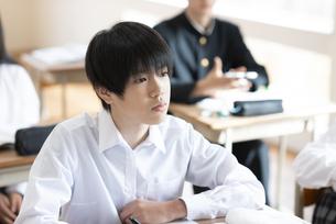 教室で授業を受ける男子学生の写真素材 [FYI04801747]