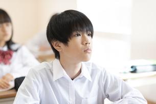 授業を受ける男子学生の横顔の写真素材 [FYI04801753]