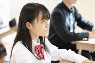 教室で授業を受ける女子学生の横顔の写真素材 [FYI04801757]
