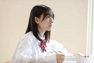 教室で授業を受ける女子学生の横顔の写真素材 [FYI04801760]