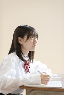 教室で授業を受ける女子学生の横顔の写真素材 [FYI04801761]