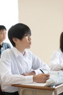 教室で授業を受ける男子学生の写真素材 [FYI04801765]