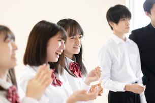 教室に集まる学生の写真素材 [FYI04801772]