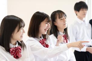 教室に集まる学生の写真素材 [FYI04801773]