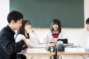 教室でグループ学習をする学生の写真素材 [FYI04801779]