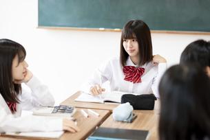 教室でグループ学習をする学生の写真素材 [FYI04801781]