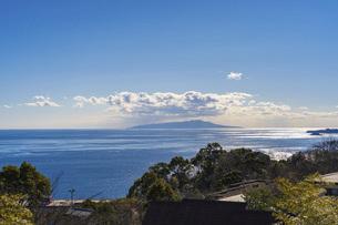 初島と海と雲の写真素材 [FYI04801806]