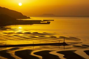 夕暮れの御輿来海岸の写真素材 [FYI04801968]