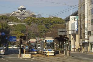 熊本市電と復旧工事中の熊本城の写真素材 [FYI04801999]