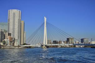 水上バスから見た中央大橋とビル群と空の写真素材 [FYI04802167]