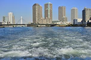 水上バスから見た中央大橋(奥)と佃大橋とビル群と空と波の写真素材 [FYI04802172]