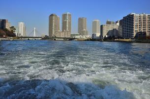 水上バスから見た中央大橋とビル群と空の写真素材 [FYI04802173]