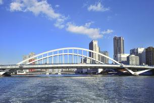 水上バスから見た築地大橋と勝鬨橋(奥)とビル群と空と雲の写真素材 [FYI04802175]