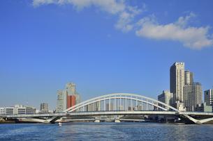 水上バスから見た築地大橋と勝鬨橋(奥)とビル群と空と雲の写真素材 [FYI04802176]