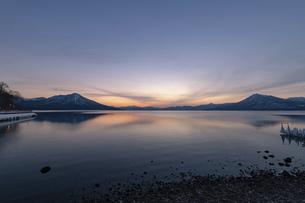 北海道 冬の支笏湖の夕景の写真素材 [FYI04802183]
