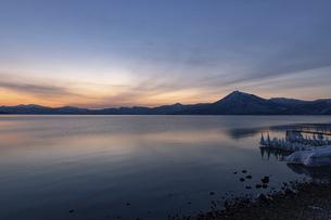 北海道 冬の支笏湖の夕景の写真素材 [FYI04802184]