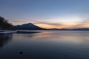 北海道 冬の支笏湖の夕景の写真素材 [FYI04802185]