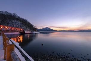 北海道 冬の支笏湖の夕景の写真素材 [FYI04802186]