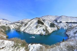 冬の北陸 庄川峡の雪景色と遊覧船の写真素材 [FYI04802439]