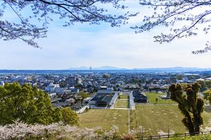 菊池市街地風景 うららかな春の季節 桜 日本の写真素材 [FYI04802552]