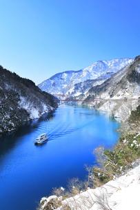 冬の北陸 庄川峡の雪景色と遊覧船に快晴の空の写真素材 [FYI04802757]