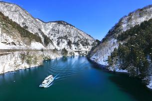 冬の北陸 庄川峡の雪景色と遊覧船に快晴の空の写真素材 [FYI04802760]