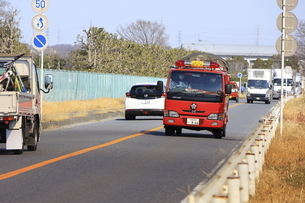 出動する消防車の写真素材 [FYI04802763]