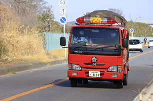 出動する消防車の写真素材 [FYI04802766]