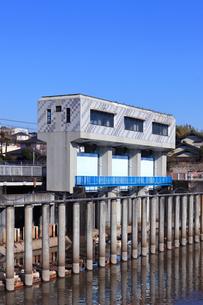 横浜市帷子川の水門の写真素材 [FYI04802882]