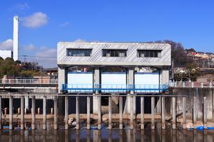 横浜市帷子川の水門の写真素材 [FYI04802883]