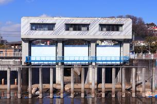 横浜市帷子川の水門の写真素材 [FYI04802884]