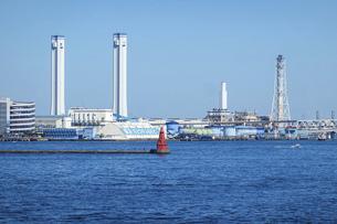 横浜大桟橋から明治29年初点灯の横浜北水堤灯台 の写真素材 [FYI04802958]