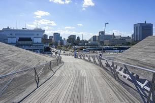 横浜大桟橋から横浜三塔の写真素材 [FYI04802961]