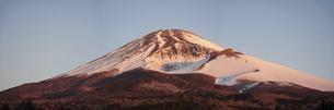 水ヶ塚公園駐車場から迫るような冬の富士山(夜明け直後)の写真素材 [FYI04802998]