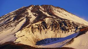水ヶ塚公園駐車場から迫るような冬の富士山(夜明け直後)の写真素材 [FYI04803000]