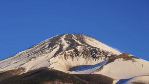 水ヶ塚公園駐車場から迫るような冬の富士山(夜明け直後)の写真素材 [FYI04803002]
