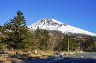 水ヶ塚公園駐車場から迫るような冬の富士山の写真素材 [FYI04803005]