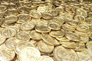 一面に広がる沢山の金貨(イミテーション金貨)の写真素材 [FYI04803027]