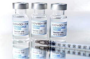 注射器とCOVIC-19(新型コロナウィルス)用ワクチンのイメージの写真素材 [FYI04803028]