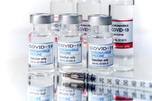 注射器とCOVIC-19(新型コロナウィルス)用ワクチンのイメージの写真素材 [FYI04803030]