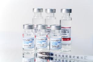 注射器とCOVIC-19(新型コロナウィルス)用ワクチンのイメージの写真素材 [FYI04803031]