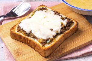 ドライカレーチーズトーストの写真素材 [FYI04803067]