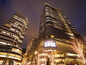 夕暮れの東京ミッドタウン日比谷の写真素材 [FYI04803181]