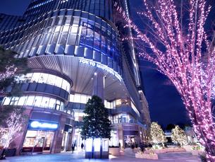 夕暮れの東京ミッドタウン日比谷の写真素材 [FYI04803192]