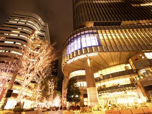 夕暮れの東京ミッドタウン日比谷の写真素材 [FYI04803199]