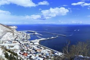 羅臼漁港と市街の写真素材 [FYI04803379]