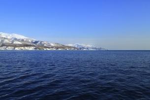 雪の知床半島の写真素材 [FYI04803401]