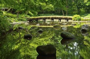 小石川後楽園・大堰川に架かる渡月橋の写真素材 [FYI04803460]