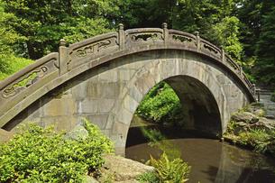 小石川後楽園・中国風物の円月橋の写真素材 [FYI04803489]