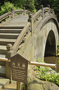小石川後楽園・中国風物の円月橋の写真素材 [FYI04803490]